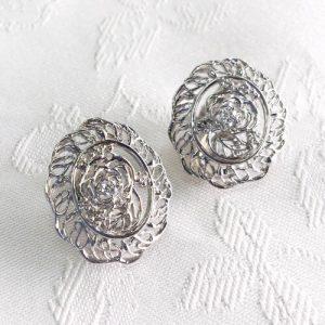 薔薇の花をデザインしたプラチナ製のイヤリング