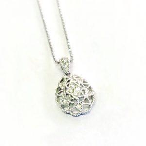 繊細なデザインのダイヤモンドペンダント